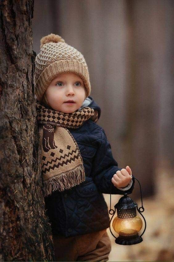 نبحث في الشتاء عن الدفء ربما نجده في المعاطف والقبعات لكن الدفء الأكبر في القلوب ونبض الكلما Kids Fashion Photography Children Photography Kids Portraits