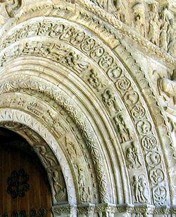 Detall de le  arquivoltes del portic de Santa Maria de Ripoll