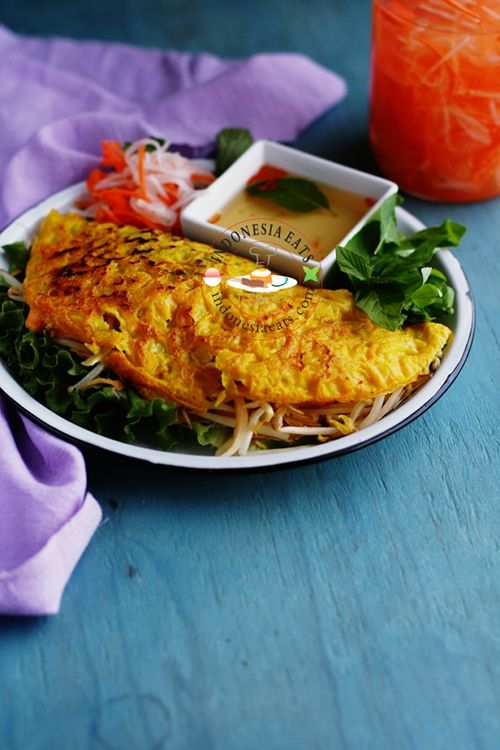Rice flour crepe, filled with shrimp, pork, sprouts, etc.