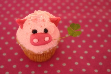 cute pig cupcake with clover in mouth.  this seems doable