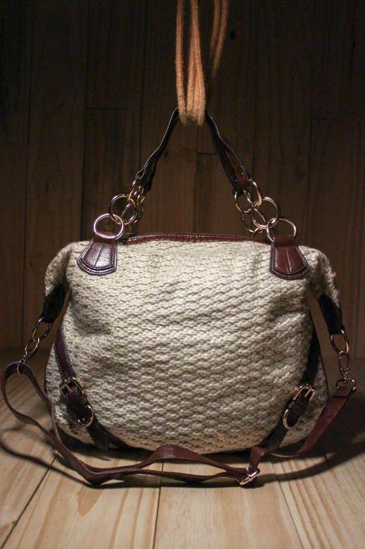 A mistura de materiais da bolsa Malha Hípica traz a riqueza e a leveza para o look feminino.