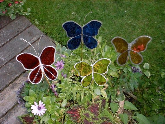 Gardens glass garden art and glasses on pinterest for Butterfly lawn decorations