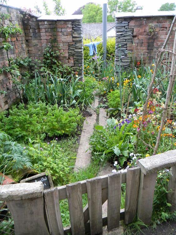 Edible Landscaping: Kitchen Garden | jardin potager | bauerngarten | köksträdgård (Peter Rabbit's Garden, World of Beatrix Potter)