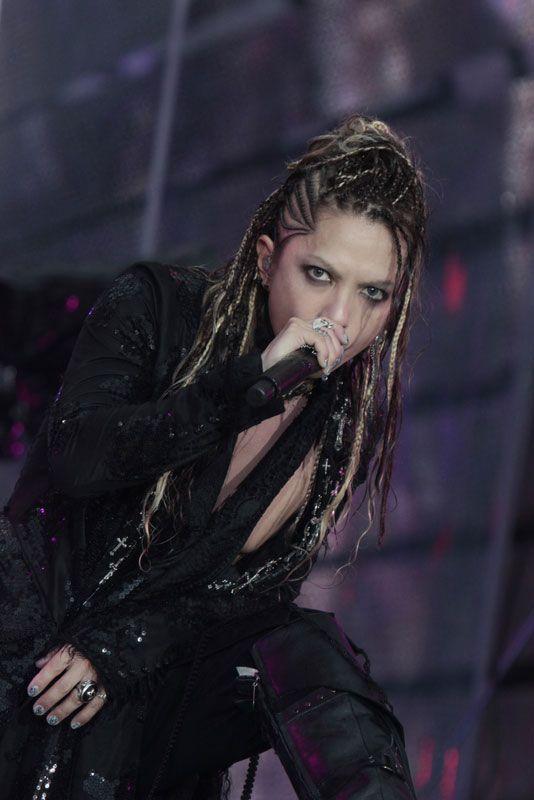 素肌に黒い衣装を着た濃いアイメイクをしているL'Arc〜en〜Ciel・hydeの画像