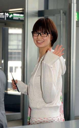黒縁メガネをかけている私服姿の木村沙織のかわいい画像