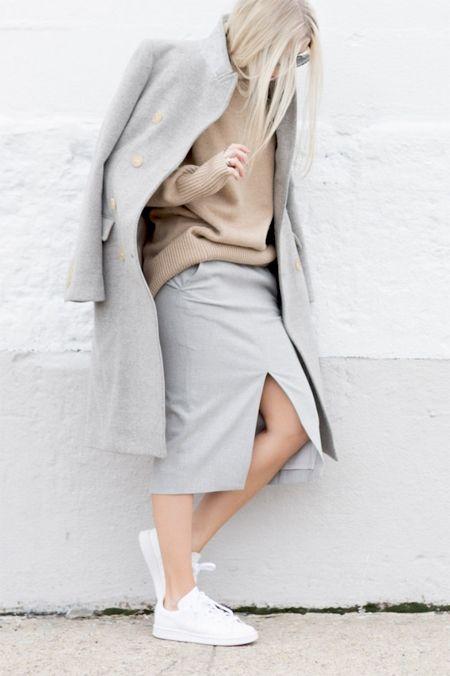 Серая юбка и бежевый свитер оверсайз