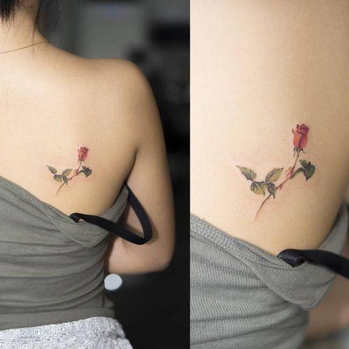 Tatuaje de una rosa de estilo acuarela en el omoplato derecho....
