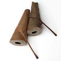 Folhas secas, pedras rústicas e pedaços de madeira ganham vida nova com delicadas técnicas artesanais