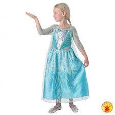 Jurk Prinses Elsa Premium Dress uit de Disney animatiefilm Frozen.  Een mooie lange ijsblauwe jurk waarop zilveren ornamenten en ijssterren zijn afgebeeld en met transparante tule mouwen. Het bovenstuk is versierd met pailletten en een nep-diamant. De cape is versierd met sneeuwvlokken. Een echte meisjesdroom.  Elsa jurkje gemaakt van 100% polyester en kreukvrij. Een Walt Disney licentie-artikel.Je kunt jouw dochtertje niet gelukkiger maken dan met dit prachtig prinsessenjurkje…
