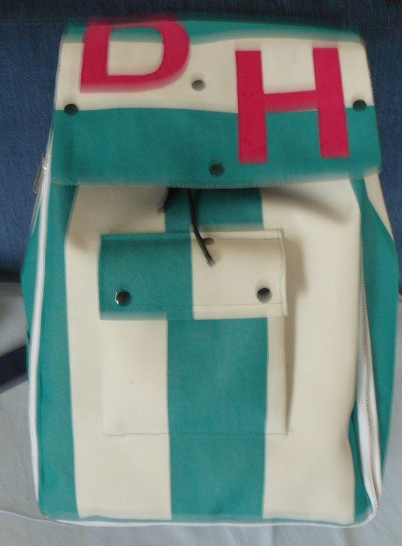 Rucksack von Vorne. Was man nicht so sehen kann, ist, dass der Reißverschluss zu öffnen ist und den Rucksack dadurch erweitern kann.