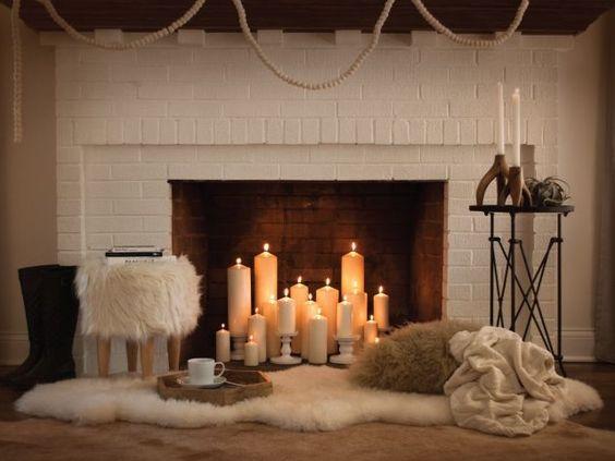 Des bougies dans la cheminée