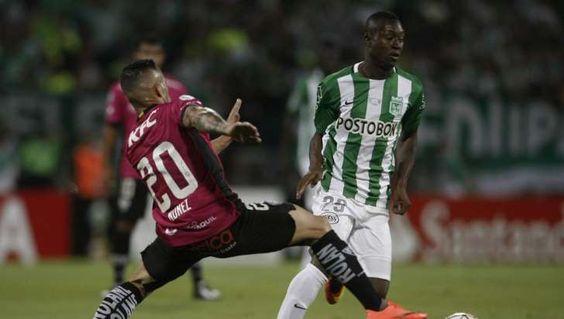 El jugador de Atlético Nacional Marlos Moreno (d) disputa el balón con Christian Nuñez (i), de Independiente del Valle durante la final de Copa Libertadores
