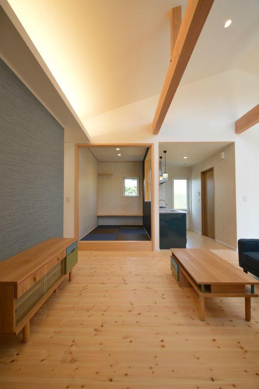 パインフローリングとあらわしの梁に間接照明を設置しました 2020 住宅 間接照明 注文住宅