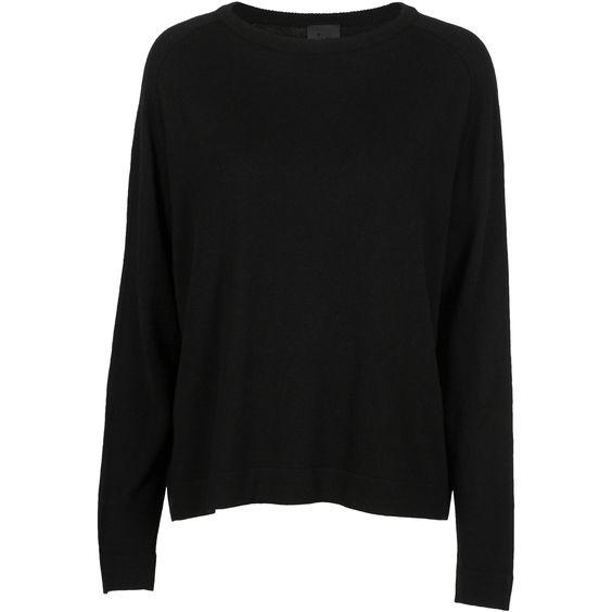 Klassisk og lækker sort uld-cashmere strik til efteråret. Strikken har rund hals med en fin syningdetajle rundt i kanten.