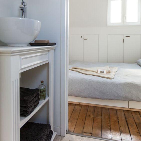 un ancien meuble de rangement surmonté d\u0027un lavabo moderne Salle