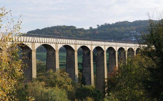O aqueduto Pontcysyllte sobre torna navegável o canal Llangollen sobre o vale do rio Dee. Construído no início do século 18, faz parte do patrimônio da humanidade