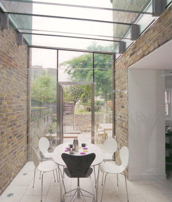 Glazen transparante overkapping aanbouw tussen twee for Glazen uitbouw