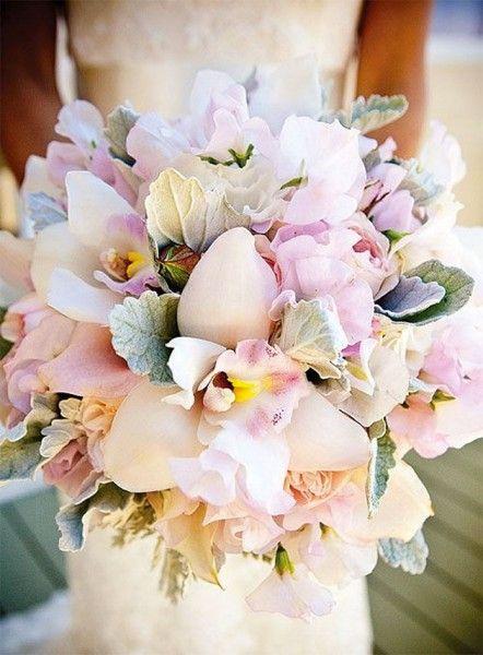Orquídeas são clássicas e ótimas pra casamentos no inverno, podendo ser tanto no formato redondo quanto de cascata: