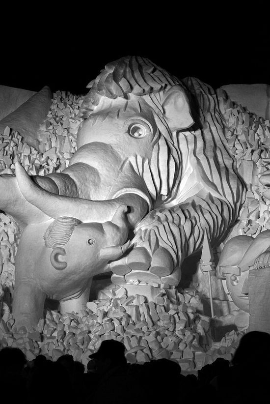 Mother and daughter elephant snow sculpture #snowSculpture #snow #winter #sculpture #animals