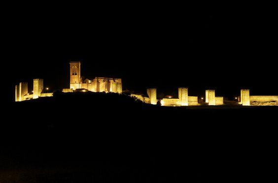 El Cerco de Artajona iluminado por la noche.