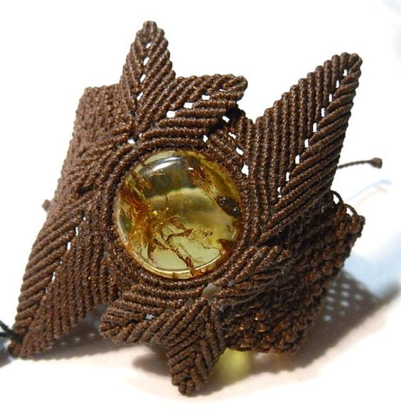 Amber Leaf Macrame Bracelet par ByKateMoran sur Etsy, $130.00