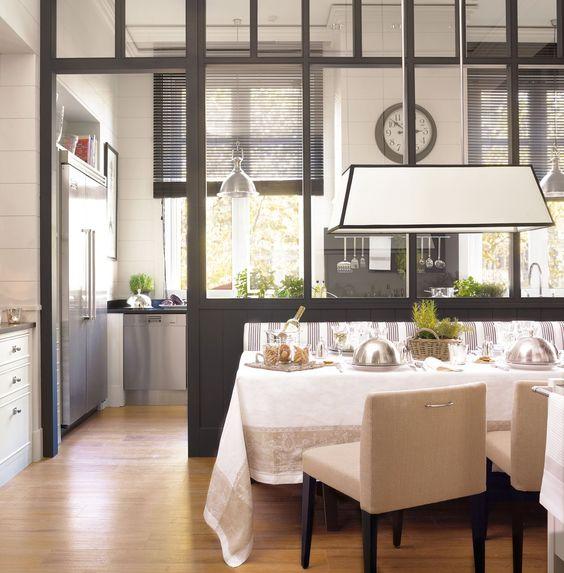 Me encanta esta cocina/comedor diferente con su ventanal. Las gabetas organizadas son excelentes! / Una cocina espectacular de inspiración inglesa · ElMueble.com · Cocinas y baños