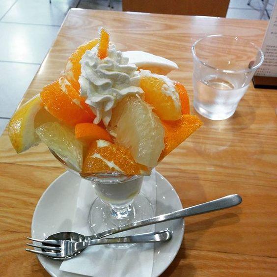 12種の柑橘系のパフェ。フルーツパーラーゴトーにて。