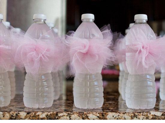 Botellas de agua decoradas con tutu   Manualidades para Baby Shower