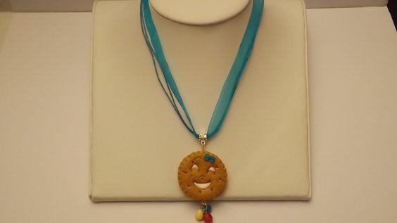 collier biscuit vanille en fimo tour de cou bleu : Bijoux enfants par little-kitty