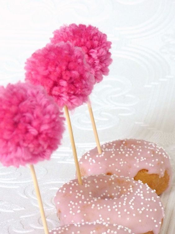 Donuts, Pompoms and Cupcake-Stecker on Pinterest