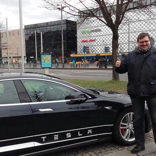 Der #Beweis, ich war tatsächlich dabei:  Das #Tesla Model S in #Action mit mir als Bildverschmutzer ;-).  Wusstet ihr, dass die Top-Motorisierung satte 700(!) PS auf die #Straße bringt? Ein #Hammer #Auto!