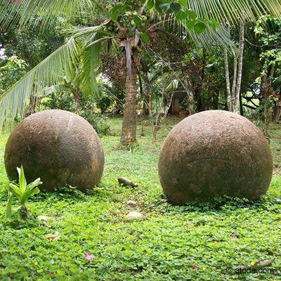 El Monumento Nacional Guayabo (izquierda), en Turrialba, es el principal sitio arqueológico del país. A la derecha, esferas de piedra en su sitio original, Valle del Díquis, Palmar Sur, región de Osa, Puntarenas. ◆Costa Rica - Wikipedia http://es.wikipedia.org/wiki/Costa_Rica #Costa_Rica