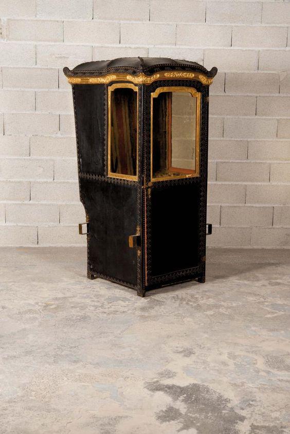 Chaise à porteur en cuir clouté et bois redoré, l'intérieur