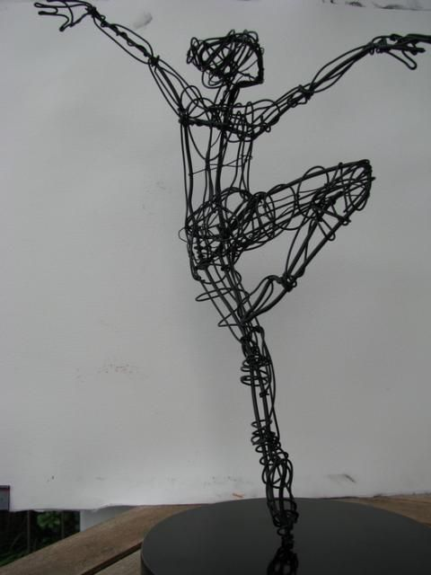 On point, arms extended — Wire — Sculptures — Martin Wright, Artist: