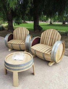 Des sièges et une table en tonneau de vin: