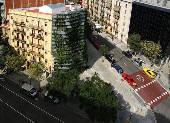 "Freestanding green side-wall is a new form of ""vegitecture"" in Barcelona"