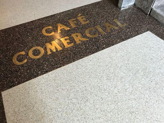 letras de latón insertadas en terrazo