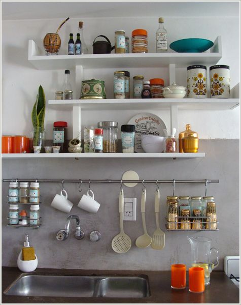 Prateleiras e ganchos na cozinha.: