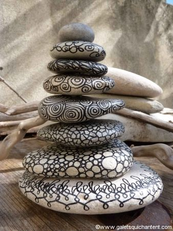 Objets de décoration en galet peint et décoré à la main, nature ou coloré. Les galets décorés se mélangent au bois flotté, aux perles en boi...