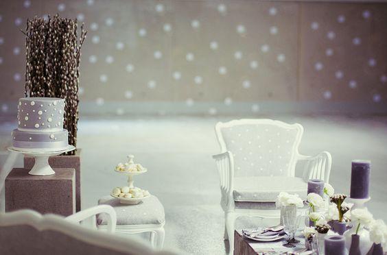 Hochzeitsdekoration grau mit weißen Punkten, passende Hochzeitstorte in grau mit weißen Punkten (www.noni-mode.de - Foto: Manuel Thomé)