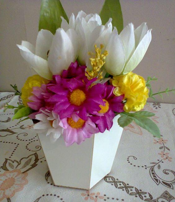 Arranjos de Flores Artificiais em vaso sextavado de mdf.