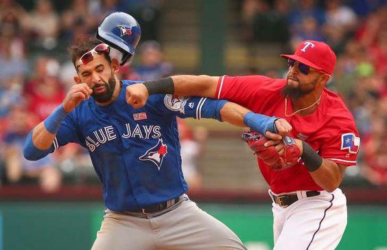 Rougned Odor (à droite) des Rangers du Texas frappe José Bautista des Blue Jays de Toronto au visage lors du match du 15 mai 2016 à Arlington.