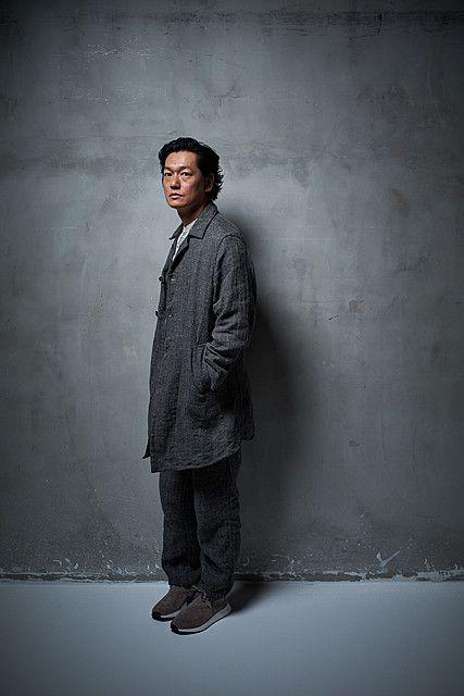 グレーのロングコートを着ている井浦新のかっこいい画像