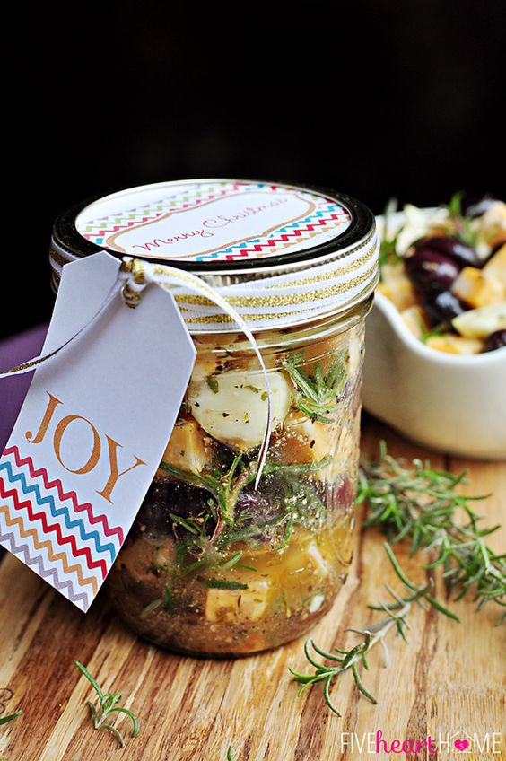 Genial idea para regalar: marinado de queso con olivas