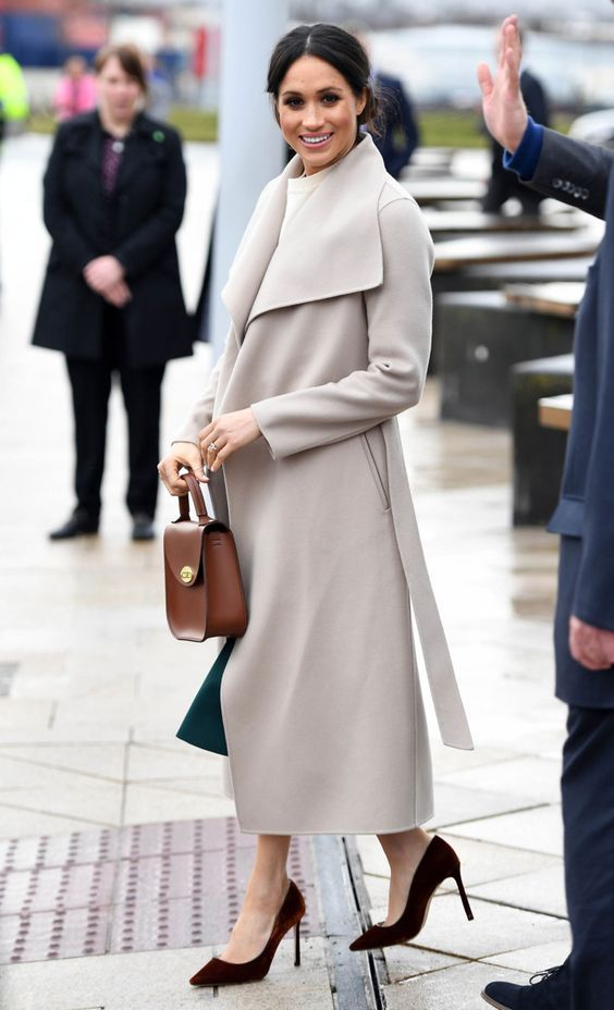 Meghan Markle con trench lungo alle caviglie
