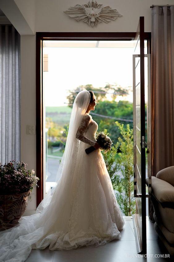 Vestido de noiva off white em renda com véu longo. Vestido: Luciana Collet Foto: Rejane Wolff