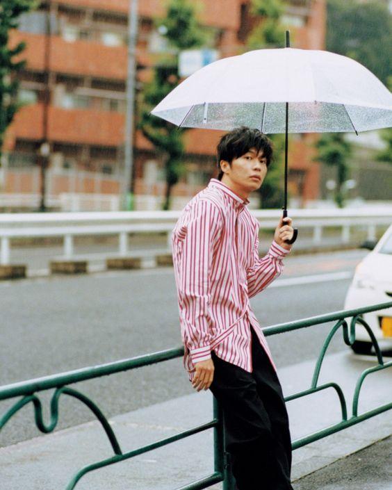 傘をさす田中圭