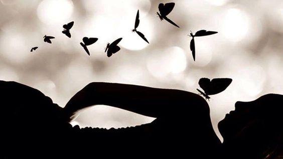 A alma é invisível. Um anjo é invisível. O vento é invisível. O pensamento é invisível. E no entanto, com delicadeza se pode enxergar a alma, se pode adivinhar o anjo, se pode sentir o vento, se pode mudar o mundo, com alguns pensamentos... Roseana Murray.