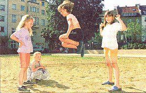 Gummitwist spielten wir begeistert in jeder großen Schulpause ... das und Seilhüpfen, 'Englisch Einkriege' oder Völkerball, 'Wer hat Angst vor'm schwarzen Mann?' ... Jede Menge Bewegungsspiele in der Gruppe ... war schön