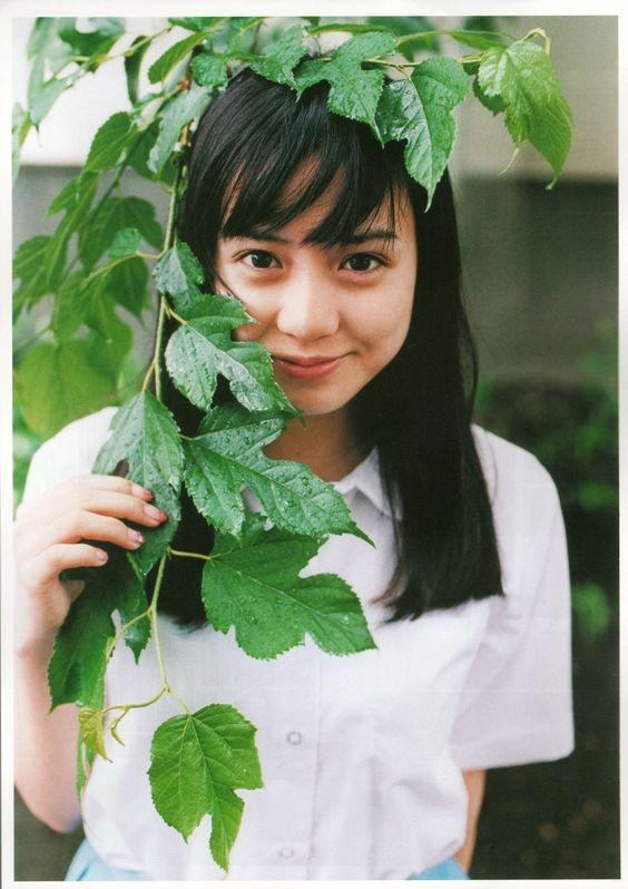 木の葉に隠れる奥仲麻琴